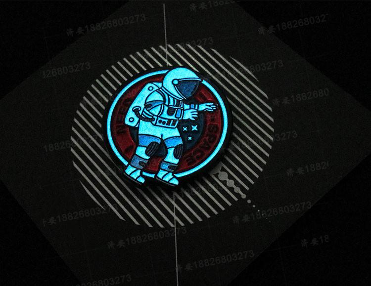 宇航员夜光胸针徽章