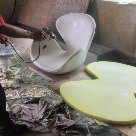 工人使用一哥水性双组份喷胶粘接餐椅底座