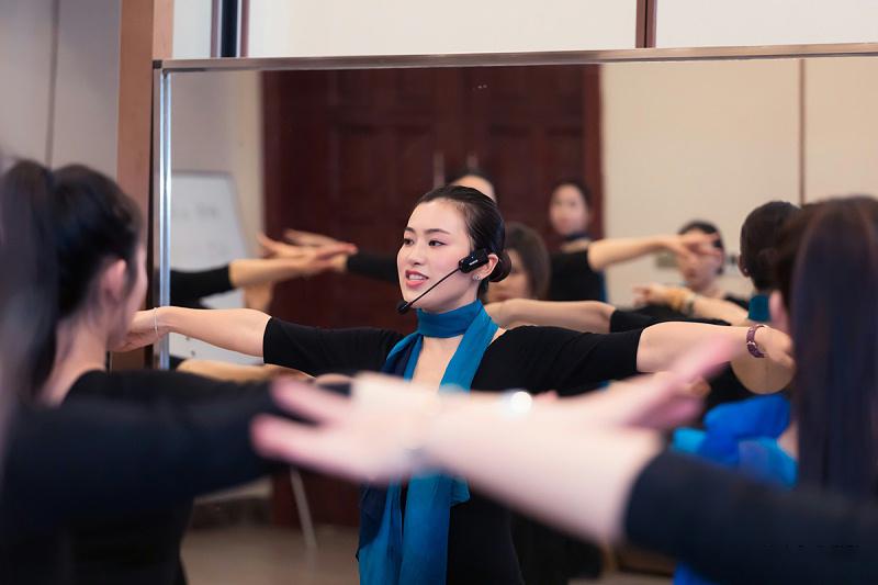 修齐礼仪学院高级礼仪培训师认证班培训行为美学优雅仪态形体礼仪教学