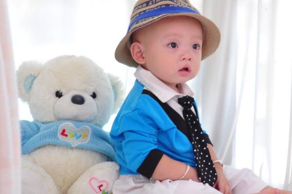 宝宝视力需要父母带动