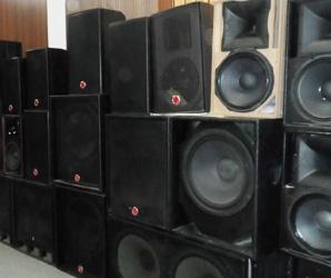 用于音箱:将喇叭辐射的声波吸附掉,不让声波进行无休止的折射、反射,这样保证了因声音混乱、含糊不清的状况发生