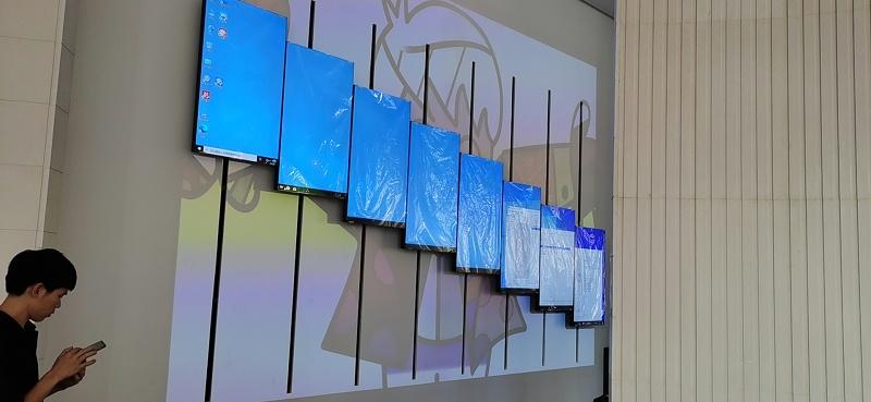 1X8 55寸3.5mm竖挂机械动态矩阵屏完美呈现于成都中铁置业展厅