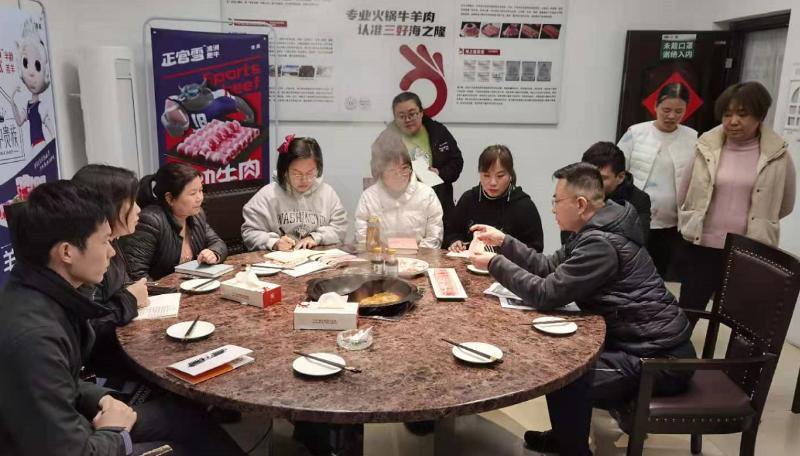 海之隆火锅牛羊肉员工学习产品知识中
