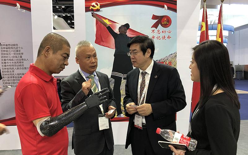 公司董事长刘艳红先生向残联领导介绍公司研发的新款智能仿生手