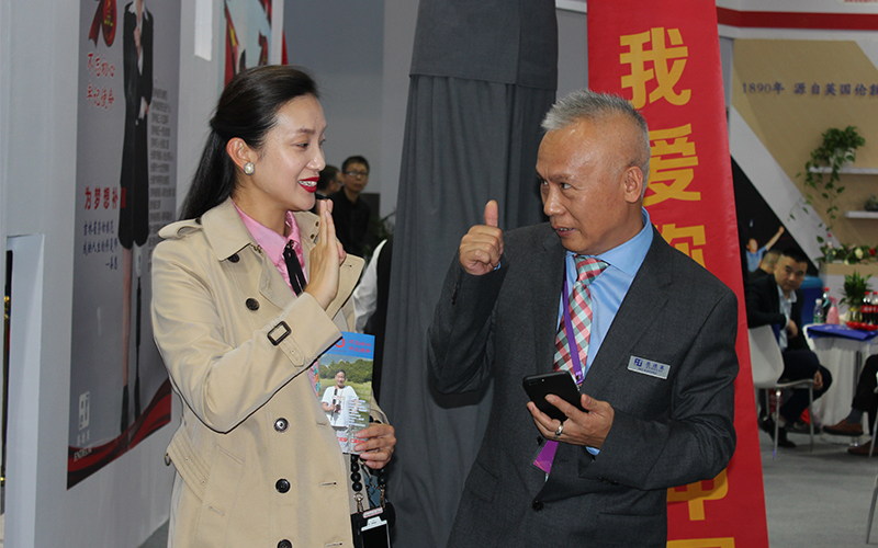 原中国残疾人艺术团主持人姜馨田与公司董事长刘艳红先生交流