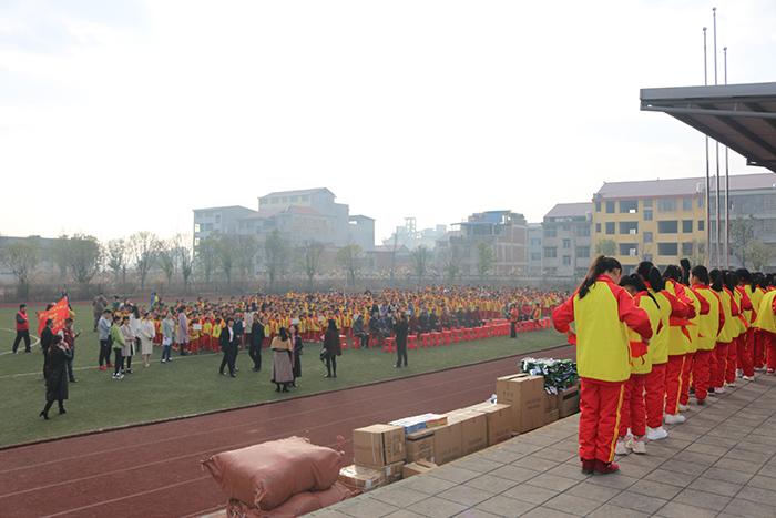 五里堆小学全体师生在操场集合