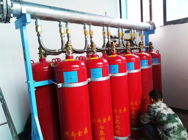 安装中的七氟丙烷气体灭火系统