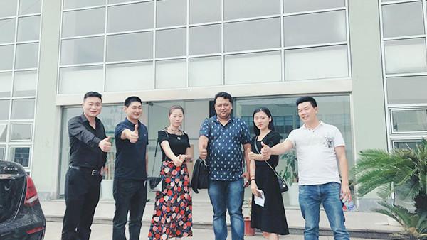东莞嘉时轴承带外国友人参观工厂