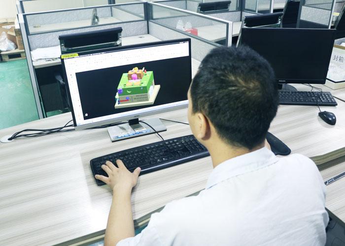 郑于号在设计模具产品