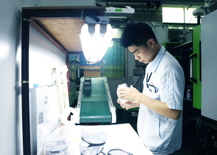 郑于号正在产品检测