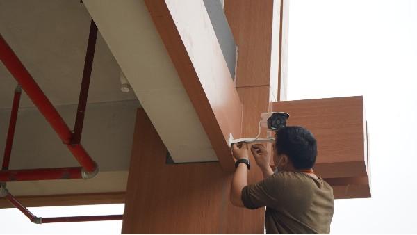 智能监控摄像头怎么安装——欣荣泰工人现场施工中