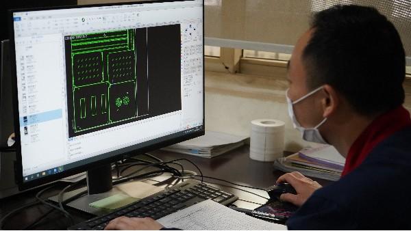 数据中心的环境参数对机房空调的几种要求——欣荣泰工人施工现场