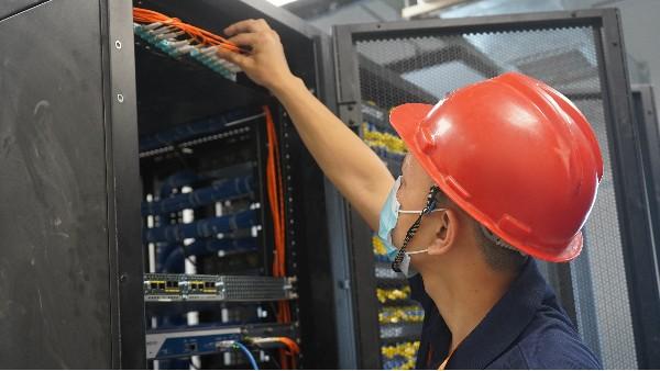 学校智能化弱电系统设计方案——欣荣泰工人施工现场
