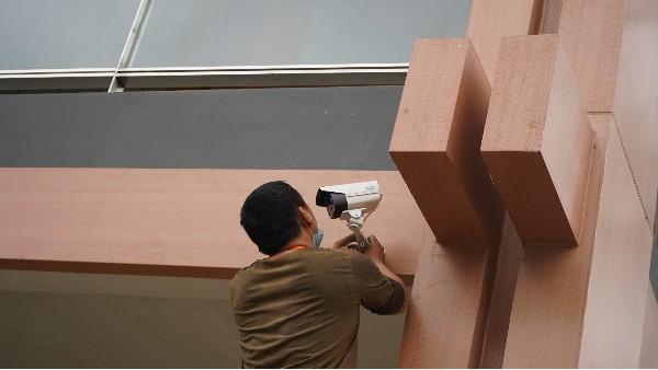 高清监控系统施工最应该注意的9件事——欣荣泰工人操作现场