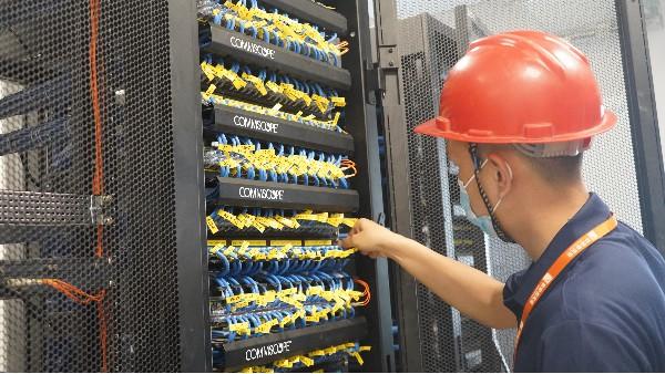 机房内安装动力环境监控系统的七大好处——欣荣泰工人施工现场