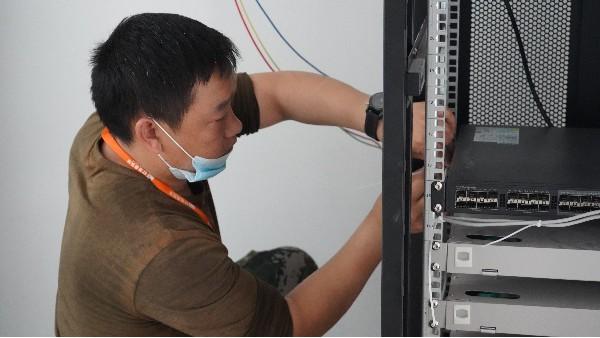 程控电话布线注意事项——欣荣泰工人施工现场