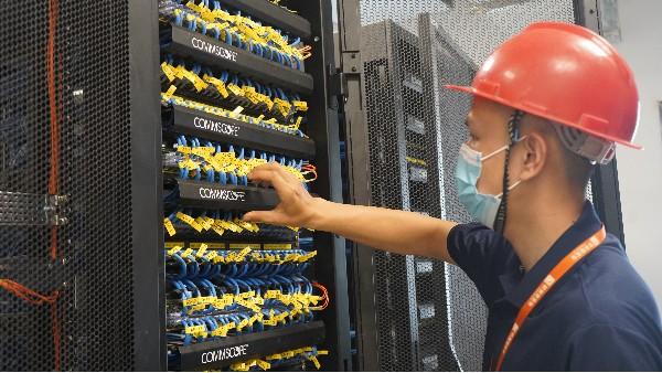 弱电机房工程UPS电池更换及保养方法——欣荣泰工人施工现场