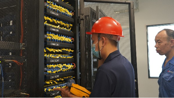kvm如何在机房对服务器进行管理并远程控制——欣荣泰工人施工现场